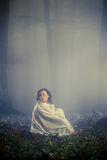 Het dagdromen van de vrouw in het bos stock foto's