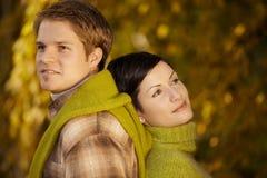 Het dagdromen van het paar in park Stock Foto's