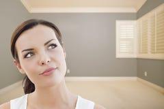 Het dagdromen van Jonge Vrouw in Leeg Grey Room stock fotografie