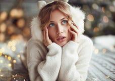 Het dagdromen van knuffelende vrouw in sweater Stock Afbeeldingen