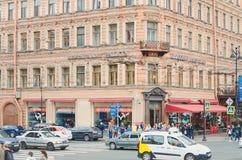 Het dagelijkse leven op de straat van de stad van St. Petersburg, Rusland Auto's het drijven op de cent royalty-vrije stock foto's