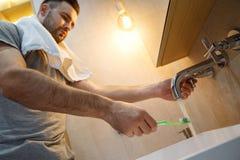 Het dagelijkse werk van de vrijgezelmens in een conceptentanden die van de badkamers enige levensstijl knoopmening schoonmaken stock foto