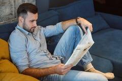 Het dagelijkse werk van de vrijgezelmens in de krant van de het conceptenlezing van de woonkamer enige levensstijl royalty-vrije stock foto's