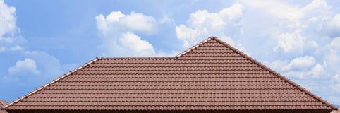 Het dak in aanbouw met stapels daktegels voor huis bouwt stock afbeeldingen