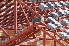 Het dak in aanbouw met stapels daktegels voor huis bouwt Royalty-vrije Stock Foto