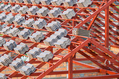 Het dak in aanbouw met stapels daktegels voor huis bouwt Royalty-vrije Stock Afbeeldingen