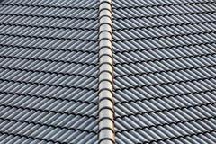 Het dak in aanbouw met stapels daktegels voor huis bouwt Royalty-vrije Stock Fotografie