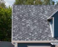 Het dak met bitumendakspanen Royalty-vrije Stock Afbeeldingen