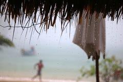 Het dak van de bamboehut, paraplu's en regenachtig op het strand Stock Foto
