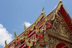 Het dak van de boeddhismetempel in in traditionele stijl stock foto