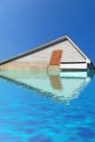Het dak van de driehoek van witte baksteen onder water, hemel, Stock Foto