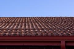 Het dak van de klei en blauwe hemel Royalty-vrije Stock Foto's
