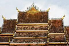 Het dak van de tempel Wat Siengthon in Luang Prabang, Laos Close-up Stock Foto