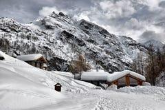Het dak van een chalet cowred met sneeuw stock foto
