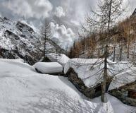 Het dak van een chalet cowred met sneeuw royalty-vrije stock foto's