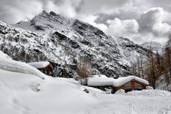 Het dak van een chalet cowred met sneeuw stock fotografie