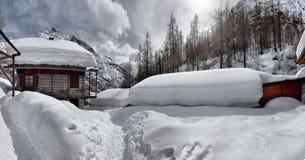Het dak van een chalet cowred met sneeuw stock afbeeldingen