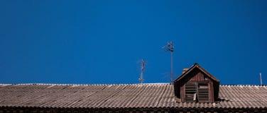 Het dak van een oud blokhuis op een achtergrond van zuivere blauwe hemel Royalty-vrije Stock Foto's