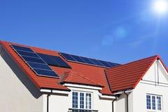 Het dak van het huis dat met zonnepanelen wordt behandeld Royalty-vrije Stock Afbeelding