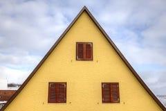 Het dak van het huis in driehoeksvorm Stock Fotografie