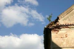 Het dak van het huis en de hemel stock afbeeldingen