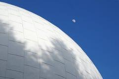 Het dak van het planetarium met het toenemen maan Stock Foto