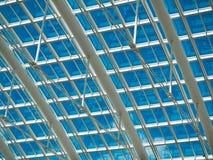 Het dak van het witmetaal met blauw Royalty-vrije Stock Afbeeldingen