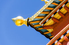 Het dak van tempel verfraait met gouden hoek Stock Fotografie