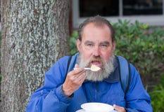 Het dakloze mens eten Royalty-vrije Stock Foto