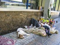 Het dakloze mensenleven en slaap op de weg in Santiago, Chili Stock Foto's