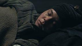 Het dakloze persoon echte braken, drugverslaafde die aan overdosis, chemische aanval lijden stock videobeelden