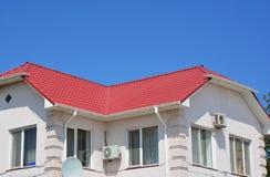 Het dakwerk van het huismetaal met dakgoot stock afbeelding