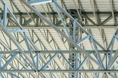 Het dakwerk van het pakhuismetaal, de Grote structuur van het staaldak, bodemmening met commercieel fabriek de bouwdak stock fotografie