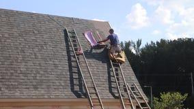 Het dakwerkhuis van de dakarbeider stock video
