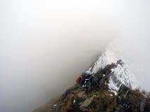 Het dalen van de berg door slecht weer Stock Foto