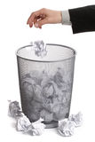 Het dalen van de hand document in papierafvalbak Royalty-vrije Stock Fotografie