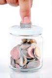 Het dalen van de hand muntstuk in bank Stock Fotografie