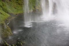 Het dalen van de waterval in een pool Stock Afbeeldingen