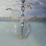Het dalen van het anker in water Royalty-vrije Stock Fotografie