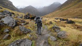 Het dalen van het Annapurna-Basiskamp. Himalayagebergte, Nepal stock footage
