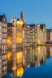 Het Damrak-kanaal in Amsterdam, Nederland stock foto