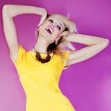 Het dansen blonde gelukkige schoonheid. Stock Afbeeldingen