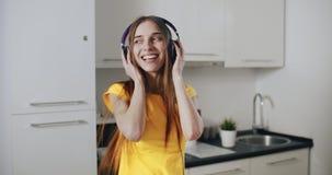 Het dansen in de keuken stock video