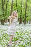 Het dansen in de lentebos Stock Foto's