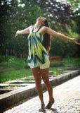 Het dansen in de regen Royalty-vrije Stock Afbeeldingen