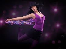 Het dansen donkerbruine schoonheid Stock Foto