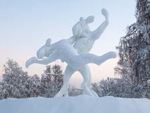 Het dansen elanden - het beeldhouwwerk van het Ijs in Jokkmokk, Zweden Stock Foto
