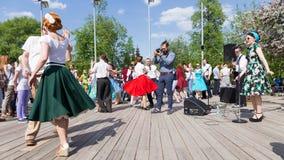 Het dansen op de dansvloer in het Park van Gorky Stock Afbeelding