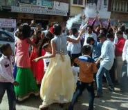 Het dansen op de straat in Panchgani Stock Fotografie