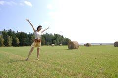 Het dansen op een landbouwbedrijfgebied Stock Afbeeldingen